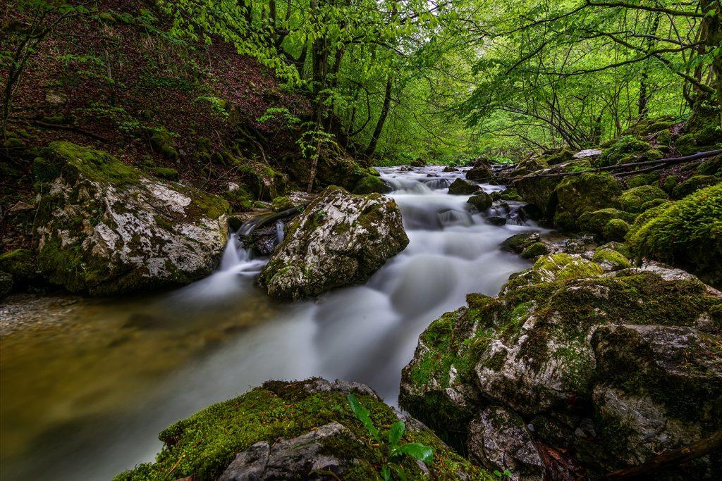 agua recargas piedras