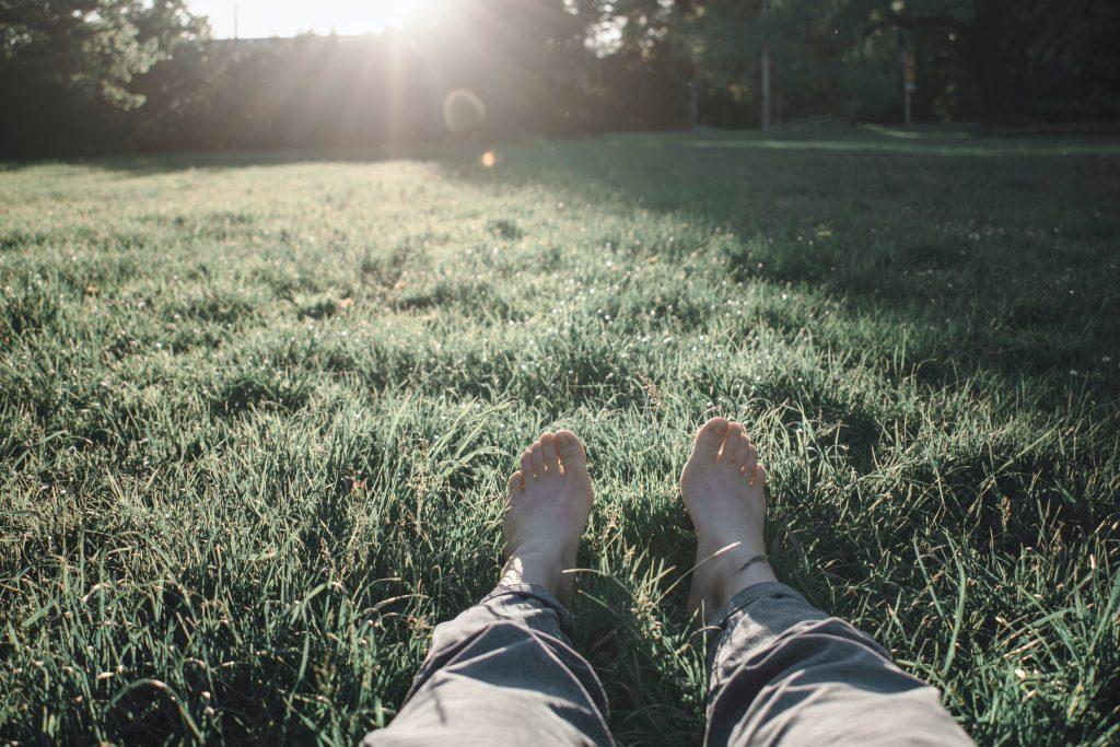 anclar pies descalzos tierra