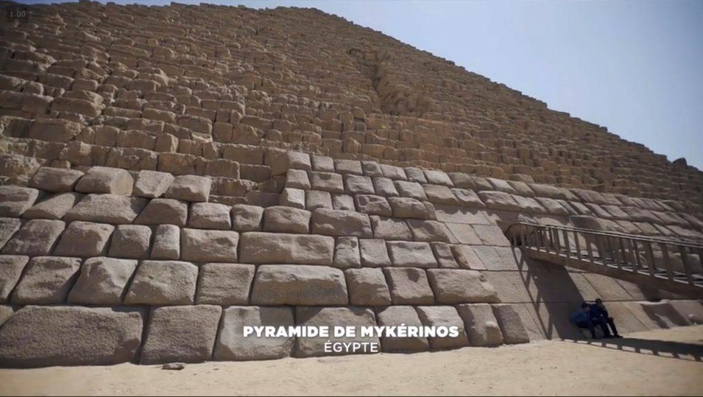 On retrouve le même style de pierres bombées sur le parment de la pyramide.