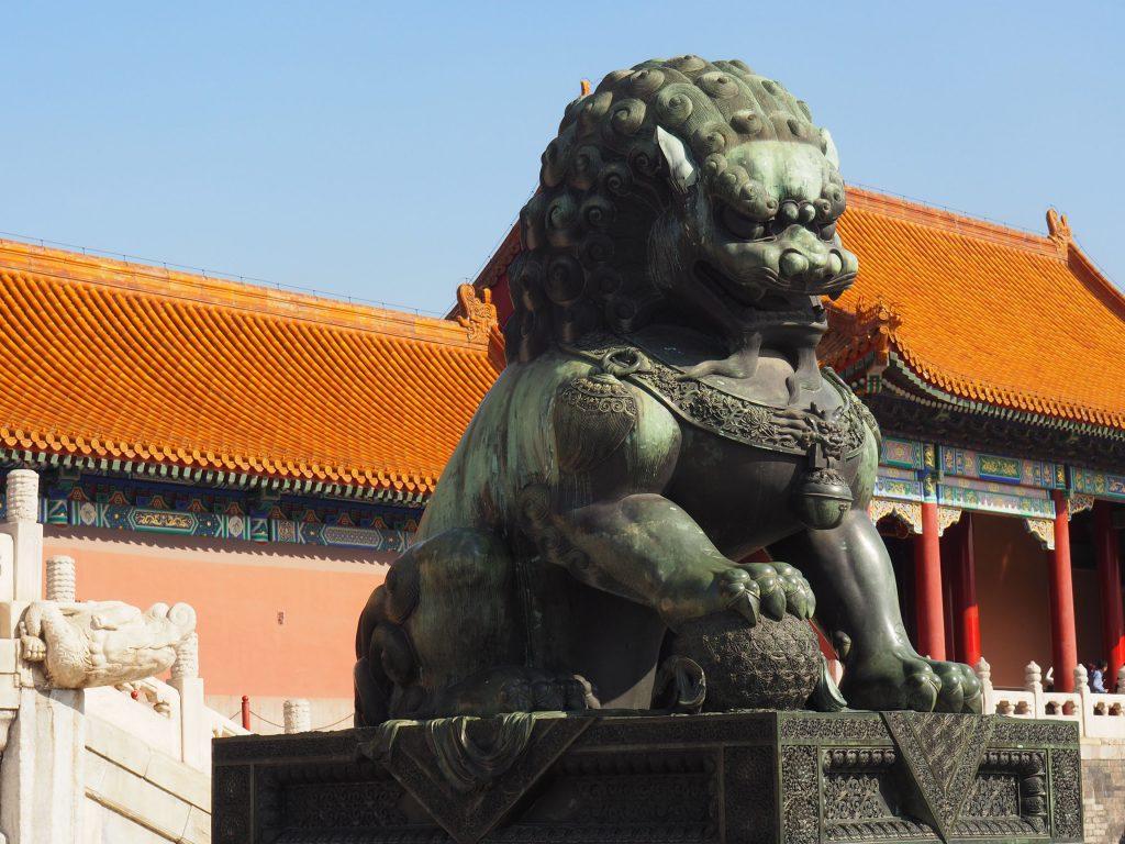 fleur de vie sous la patte du lion de la cité interdite de chine