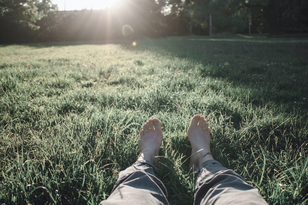 s'ancrer pieds nus dans l'herbe